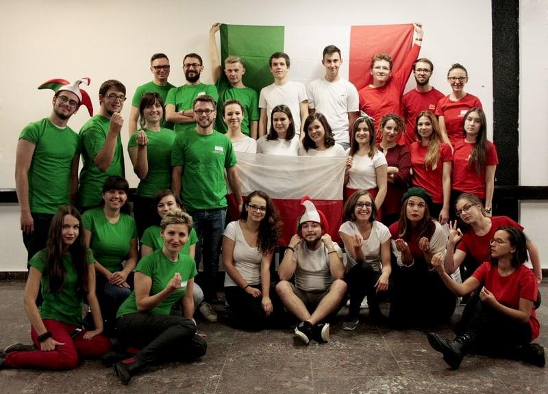 Akademicki chór UG w kolorach włoskiej flagi